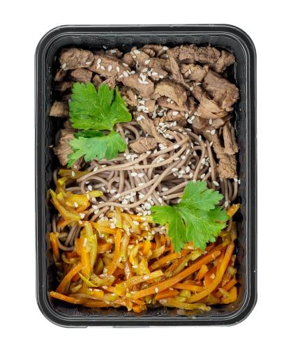 Гречневая лапша с говядиной в соевом соусе и тушеными овощами